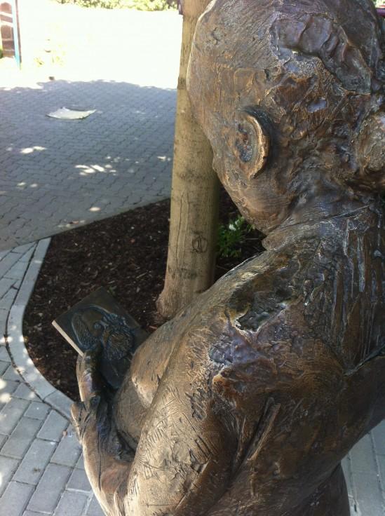 Blick über die Schulter der Demuth-Statue mit Karl-Marx-Bild in der Hand