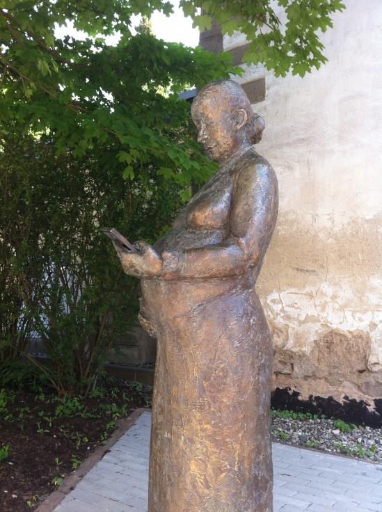 Bronze-Statue von Helene Demuth, Seitenansicht